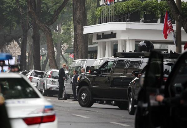 Đặc vụ Mỹ, Triều di chuyển xung quanh khách sạn để bảo đảm an ninh.