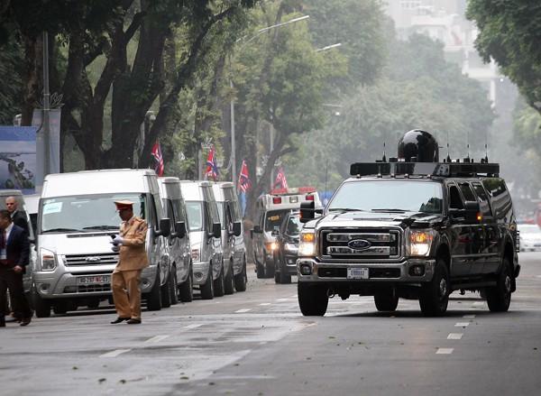 Nhiều phương tiện xe đặc chủng được điều đến khu vực quanh khách sạn.