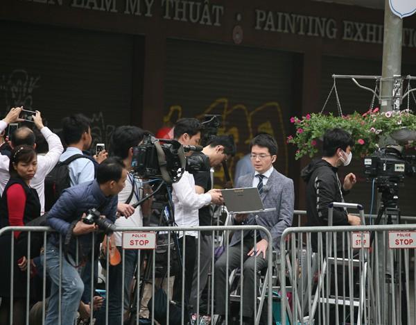 Trong khi đó, phía ngoài hàng trăm cơ quan báo chí vẫn miệt mài tác nghiệp.