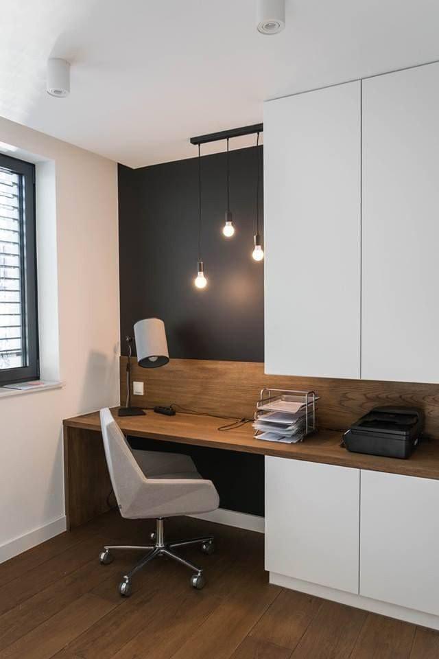 Góc làm việc tại nhà này được ngăn cách với các không gian khác bằng bức tường sơn màu đen. Tone đen - trắng tuy đơn giản nhưng sang trọng, hiện đại mà sạch sẽ.