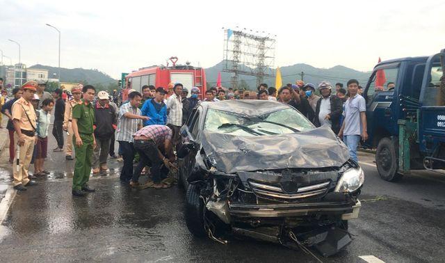 Chiếc xe đang lưu thông trên quốc lộ 1 qua tỉnh Bình Định bị rơi xuống sông khiến tài xế tử vong.