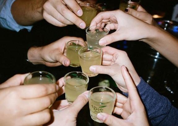 Tết vui nhưng đừng quá lạm dụng rượu bia để tránh họa sức khỏe. ảnh TL