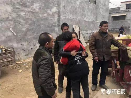 Con trai vẫn còn ấn tượng với chị Zhou nên ôm chầm lấy mẹ khi gặp lại sau 13 năm. Ảnh: Sina.