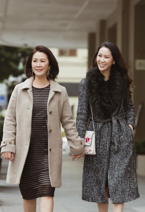 Trước khi bước sang năm Kỷ Hợi, Hoa hậu Dương Thuỳ Linh chia sẻ bộ ảnh tình cảm của cô bên mẹ ruột. Đây là lần hiếm hoi 'gái một con' cùng mẹ lưu lại những khoảnh khắc đáng nhớ.