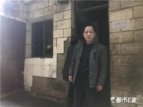 Vợ chồng Zhang trước căn nhà thuê buồn khổ suốt 13 năm để chờ con. Ảnh: Sina.