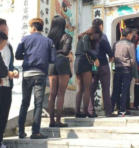 Không chỉ có một, rất nhiều cô gái khác cũng diện mốt hở hang này đi lễ chùa.