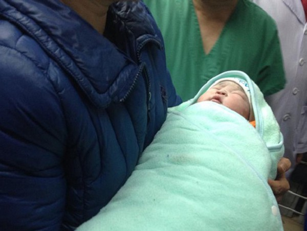 Em bé đầu tiên tại Việt Nam chào đời bằng phương pháp mang thai hộ, tháng 1/2016