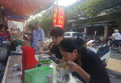 Một quán bún cá, riêu, ốc mở cửa từ ngày mùng 2 Tết tại Hà Nội. Ảnh: Nguyễn Hà