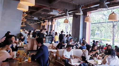Một quán thuộc chuỗi cà phê, trà đông nghẹt khách ngày Tết. Ảnh: H.Thu