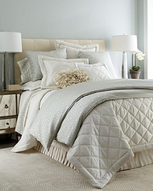 Phòng ngủ với bộ chăn ga họa tiết xám, chất liệu vải gấm như tăng thêm nét đẹp mềm mại và sang trọng cho không gian nghỉ ngơi hàng ngày.