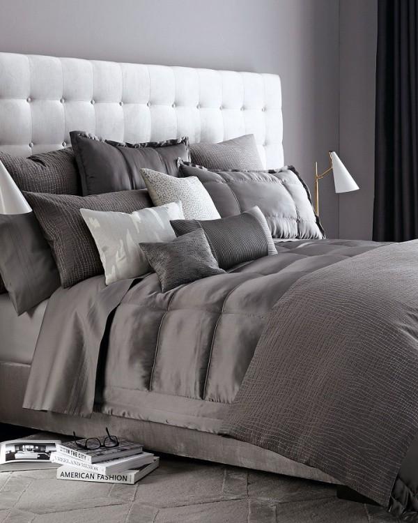 Chỉ cần một màu nhấn cơ bản tạo nên sự đối lập cơ bản là đủ để không gian tạo niềm thương nhớ. Màu xám dịu ngọt của tường, của chăn ga trở nên đẹp hơn khi đứng cạnh màu trắng tinh khôi của khung đầu giường.