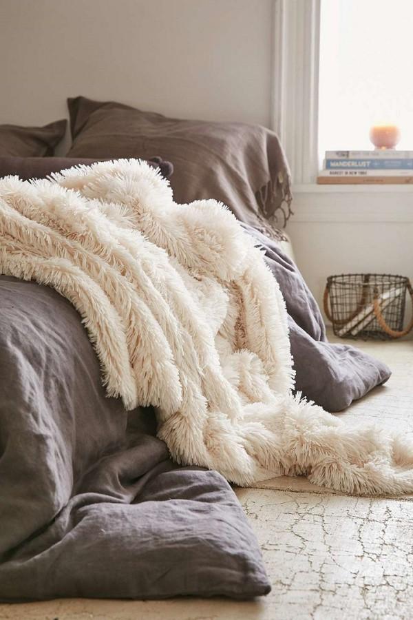 Màu xám pha be tạo nên gam màu dịu dàng, mang hơi hướng đồng quê. Căn phòng ngủ dành cho những người trung tuổi có thể sử dụng cách kết hợp màu sắc này.