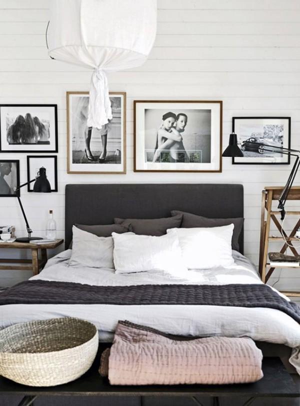 Những sắc độ đậm hơn màu xám như tím than, ghi đen làm màu nhấn nổi bật trên nền tường xám. Căn phòng như tăng thêm độ cá tính và dịu dàng khi có sự hiện diện của những bức tranh treo tường màu trắng đen.