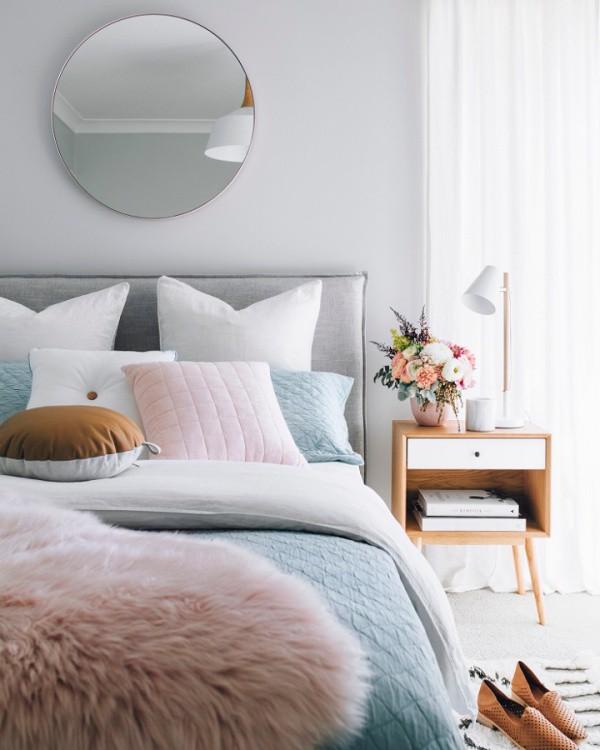 Màu xám trang trí cho chiếc giường ngủ làm màu nền giúp màu của chăn ga và nội thất thêm hài hòa và ấn tượng.
