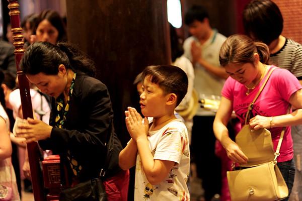 Cậu bé này có vẻ rất thuộc bài khi đọc những câu cầu nguyện rất rõ ràng, rành rọt.
