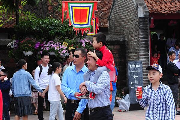 Phần lớn những người đi du xuân tại Văn Miếu là những gia đình có con đang ở độ tuổi học hành.