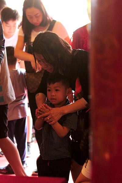 Những cậu bé đang độ tuổi tinh nghịch được bố mẹ cố gắng uốn nắn vào khuôn lễ nơi thờ cúng.