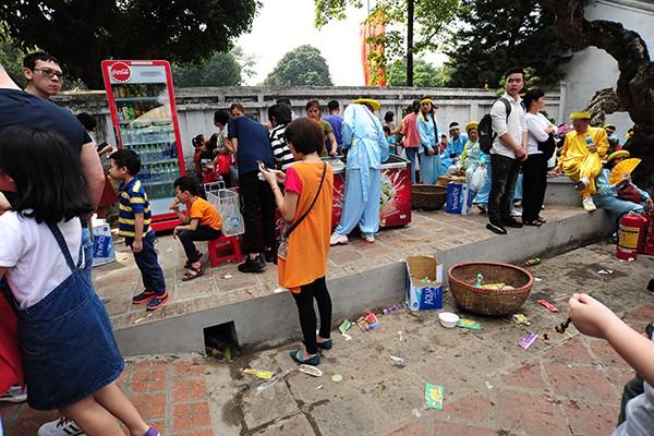 Một điểm bán hàng trông vô cùng nhếch nhác ngay trong khuôn viên chính của Văn Miếu.
