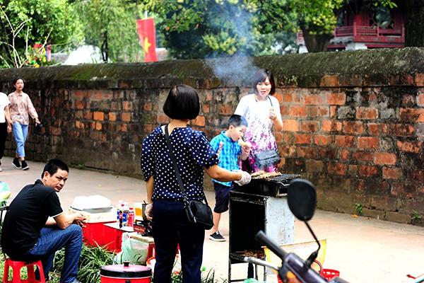 Bếp núc, đồ ăn nghi ngút khói khiến nơi đây như một địa điểm ăn uống.