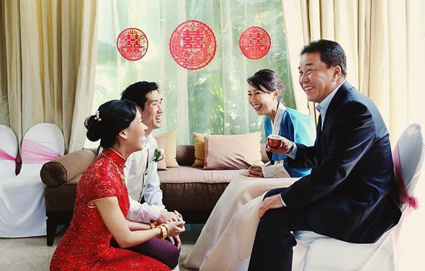 Vì muốn được kết hôn, Hoa đã phải vẽ ra cảnh chồng mình là người giàu có để bố mẹ chấp nhận cuộc hôn nhân này (Ảnh minh họa)