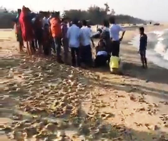 Người dân cứu người bị đuối nước