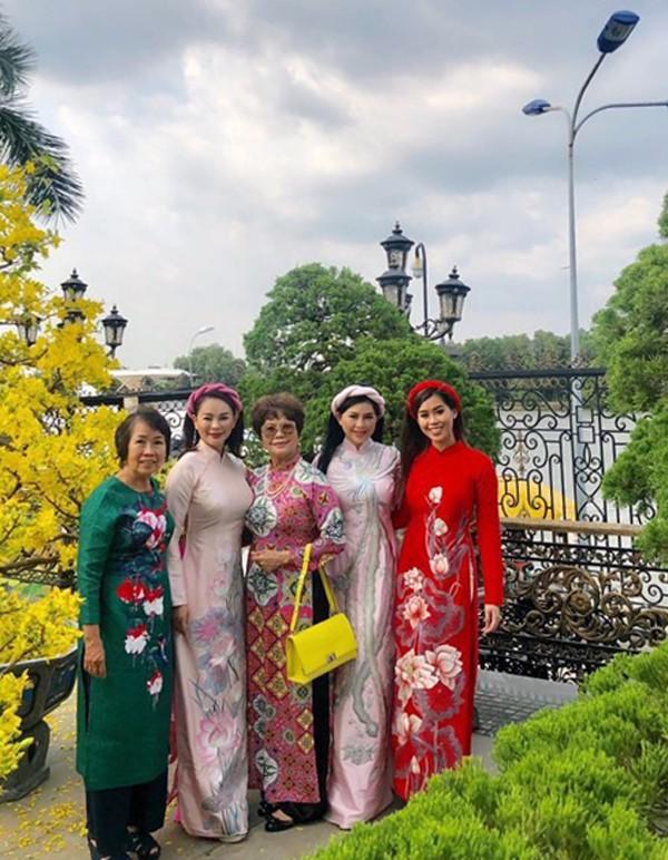 Thủy Tiên mặc áo dài họa tiết chim phượng hoàng đi chơi xuân cùng con gái và người thân.