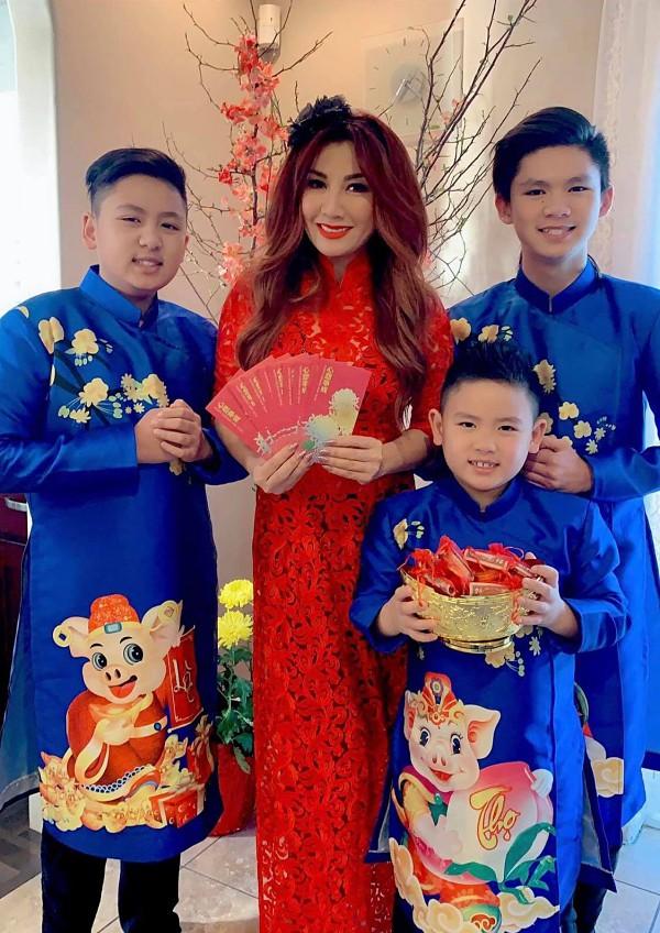 Trizzie Nguyễn cùng ba con gái diện áo dài ngày đầu năm mới, cầu mong nhiều sức khoẻ, tiền tài.