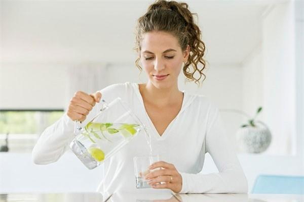 Uống nhiều nước, ăn nhiều rau xanh và trái cây tươi để giúp thanh lọc cơ thể sau Tết. Ảnh minh họa