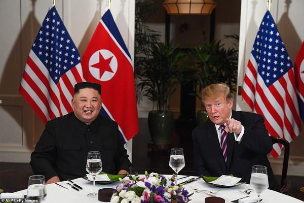 Hình ảnh Tổng thống Donald Trump và Chủ tịch Kim Jong-un tại bữa tối 27/2. Trên Twitter, ông Trump còn viết: Bữa tối tuyệt vời cùng ông Kim Jong-un tại Hà Nội.