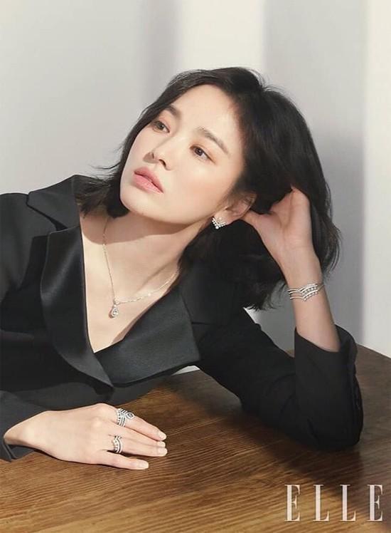 Mọi người luôn nói Song Hye Kyo nhan sắc quên thời gian, nhưng cô lại nghĩ khác: Cho dù bạn là ai, theo tuổi tác, mỗi ngày bạn đều sẽ có một chút thay đổi. Nếu nhìn bản thân qua những bức ảnh trong một thời gian dài, bạn sẽ nhận thấy ngày xưa đã đi qua. Đây thực sự là một thay đổi mà chỉ riêng mỗi người cảm nhận được, nhưng tôi vẫn cảm thấy hài lòng với sự già đi một cách tự nhiên.