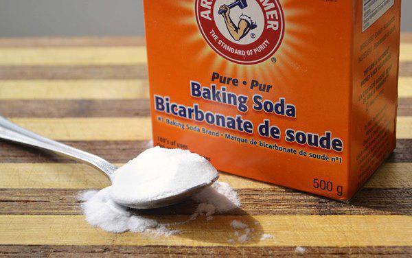 Bạn cần chuẩn bị một bột baking soda pha với một ít nước lạnh để tạo thành một hỗn hợp tẩy rửa nhão.