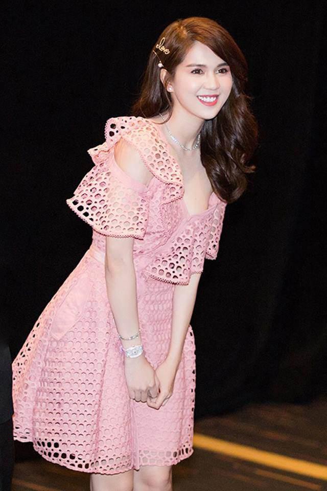 Với nước da trắng mịn, chiếc đầm hồng với thiết kế trễ vai mềm mại đắp lớp trước ngực đã giúp Ngọc Trinh thành công trong hình tượng thuần khiết, trong trẻo.