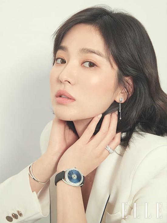 Là một người yêu thích sự giản dị, Song Hye Kyo tiết lộ cô ít khi đeo đồ trang sức, dù được nhiều lời khen rằng không ai đeo nữ trang hợp hơn cô. Nữ diễn viên thường chọn cho mình những những món nhỏ, kiểu dáng đơn giản, ví dụ như các sản phẩm từ thương hiệu cô yêu thích từ nhiều năm nay - Chaumet.