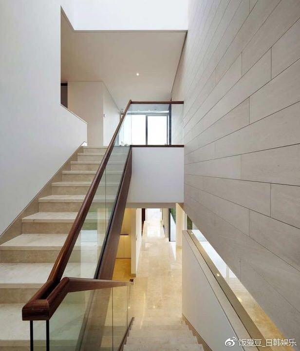 Ngôi nhà gồm 2 tầng và 1 tầng hầm, rộng rãi, yên tĩnh và rất thoải mái.