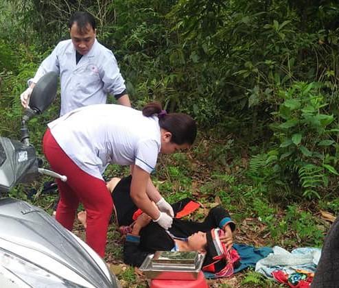 BS Lý Đức Hùng, nữ hộ sinh Nguyễn Thị Mẫn cấp cứu khi chị Sàng đẻ con ở ven rừng