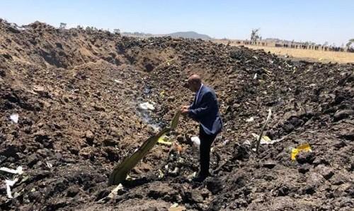 Giám đốc điều hành Ethiopian Airlines tại hiện trường vụ tai nạn máy bay. Ảnh: BBC.