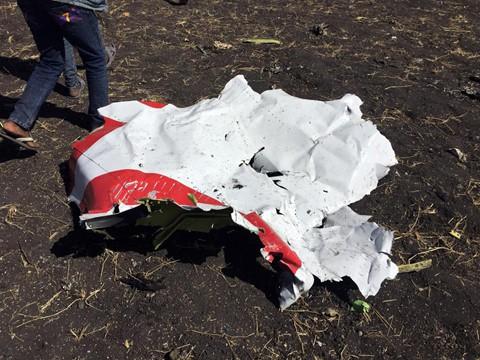 Trong hình là một mảnh thân máy bay tại hiện trường vụ tai nạn. BBC dẫn lời một nhân chứng cho biết đã có một vụ nổ lớn khi va chạm xảy ra và đám cháy lớn đến nỗi họ không thể đến gần. Ảnh: Reuters.