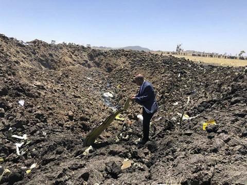 Giám đốc điều hành của Ethiopian Airlines, ông Tewolde GebreMariam, đang xem xét một mảnh vỡ tại hiện trường vụ tai nạn. Phát biểu trong một cuộc họp báo, ông GebreMariam cho biết cơ trưởng đã thông báo anh gặp trục trặc kỹ thuật và muốn quay đầu. Cơ trưởng đã được phép quay đầu, vị CEO nói, theo Reuters. Ảnh: AP.