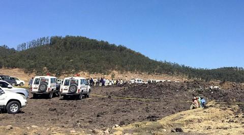 Máy bay rơi tại thị trấn Bishoftu, cách thủ đô Addis Ababa của Ethiopia khoảng 60 km về phía nam. Máy bay có vẻ như đã vỡ thành nhiều mảnh nhỏ. Ảnh: Reuters.