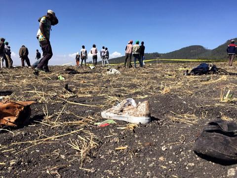 Đồ đạc cá nhân của các hành khách vương vãi khắp nơi. Ban đầu, hãng Ethiopian Airlines nói sai tên dòng máy bay nhưng sau đó đã xác nhận đây là một chiếc Boeing 737 MAX 8. Ảnh: Reuters.