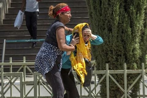 Tại sân bay quốc tế Bole ở Addis Ababa, người thân của các hành khách suy sụp khi nghe thông tin về việc không có ai sống sót sau vụ tai nạn. Ảnh: AP.