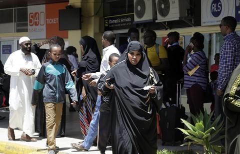 Trong khi đó tại sân bay quốc tế Jomo Kenyatta ở thủ đô Nairobi của Kenya, điểm đến theo lịch trình của chiếc máy bay xấu số, người thân của các nạn nhân cũng tập trung để đón chờ tin tức. Chúng tôi đang ngồi chờ mẹ tôi thôi.Chúng tôi chỉ hy vọng bà ấy đã đi một chuyến bay khác hoặc chuyến bay bị trễ. Bà ấy đã không nghe máy, Wendy Otieno, người nhà của một hành khách, nói với Reuters khi nhà chức trách sân bay chưa thông báo về tai nạn. Ảnh: AP.