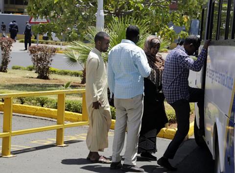 Người thân của các nạn nhân được đưa lên xe buýt để tới một khách sạn gần đó, nơi diễn ra buổi họp báo công bố thông tin. Ảnh: AP.