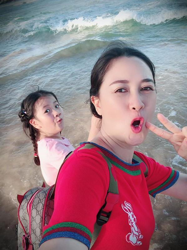 Đàm Lưu Ly và con gái.