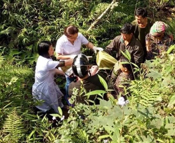 Khi đội cấp cứu đến nơi thai phụ đã chuyển dạ và sắp sinh, nên cán bộ y tế tiến hành đỡ đẻ ngay tại khe núi.