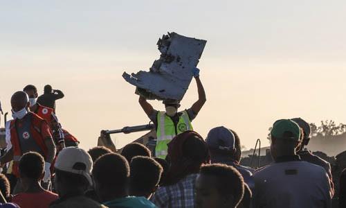 Nhân viên cứu hộ hôm 10/3 bê một mảnh vỡ của chiếc Boeing 737 MAX 8 tại hiện trường vụ tai nạn, cách thủ đô Addis Ababa của Ethiopia khoảng 50 km.