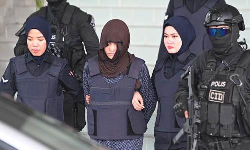 Đoàn Thị Hương (giữa) được áp giải rời phiên tòa biện hộ sáng nay. Ảnh: AFP.