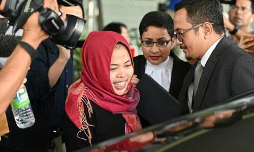 Aisyah tươi cười rời tòa án ở hôm nay. Ảnh: AFP.