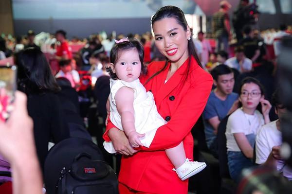 Siêu mẫu Hà Anh hạnh phúc khoe con gái 8 tháng xinh xắn.