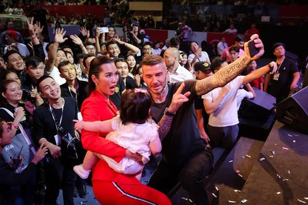 Bé Myla được cựu danh thử David Beckham selfie đăng tải trên tài khoản Instagram trong một sự kiện diễn ra tại Việt Nam.